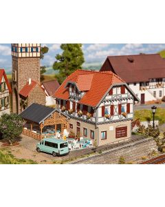 Faller Hotel Sonne met tuinhuisje 130438