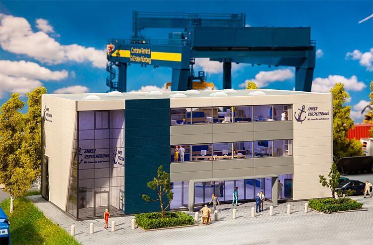 Containerkraan en verzekeringsgebouw